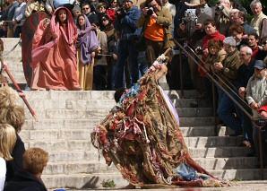 Via Crucis a les escales de la Seu